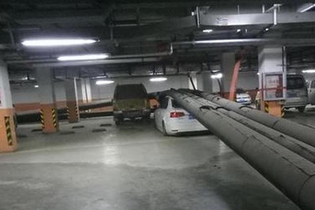 万科郑州小区暖气管道脱落 多辆私家车被砸