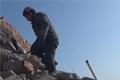 河南民工遭欠薪3万多 废墟砍砖攒钱回家...