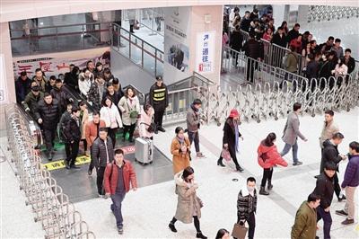 限行首日郑州地铁增加8列客车 早高峰客流增加22.9%