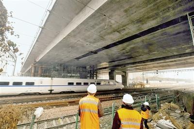 万吨级箱梁成功跨越京广铁路 农业路高架年底全线通车