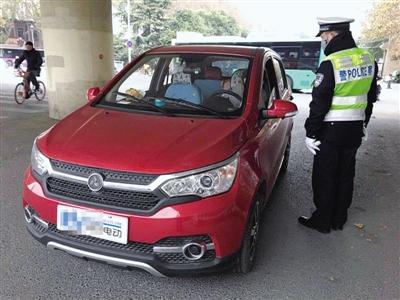 不挂牌还无证驾驶 开这种电动四轮车上路小心被拘