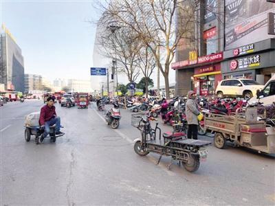郑州闹市电动板车随心所欲 无视交通规则还占道