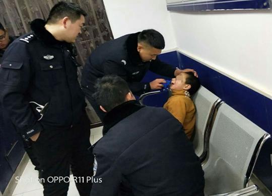 8岁自闭症男孩迷路 郑州民警连夜查父母安全送回家