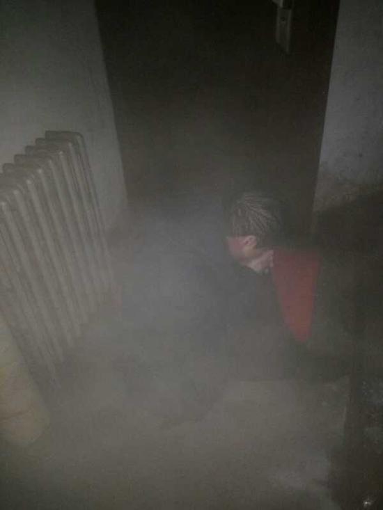 醉汉破坏了暖气管道 自己躺在了热水里