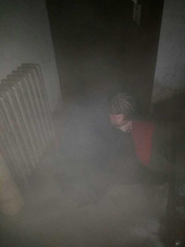 危急!醉汉破坏了暖气管道 自己躺在了热水里