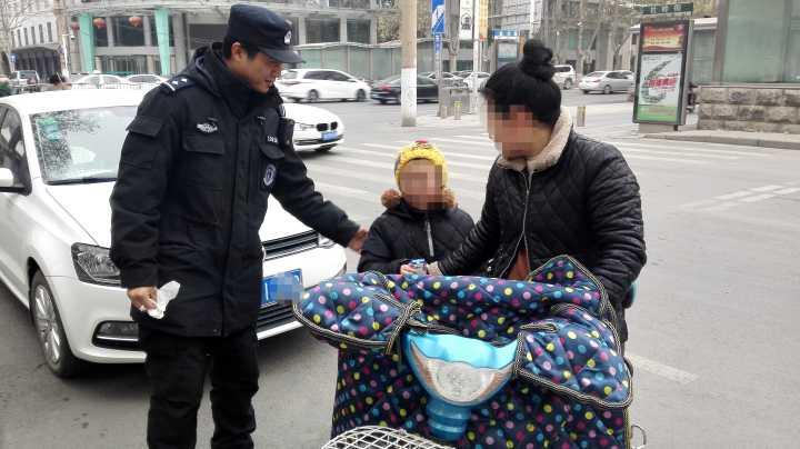 郑州粗心妈妈骑车落下娃 热心特警帮娃找妈被当成骗子
