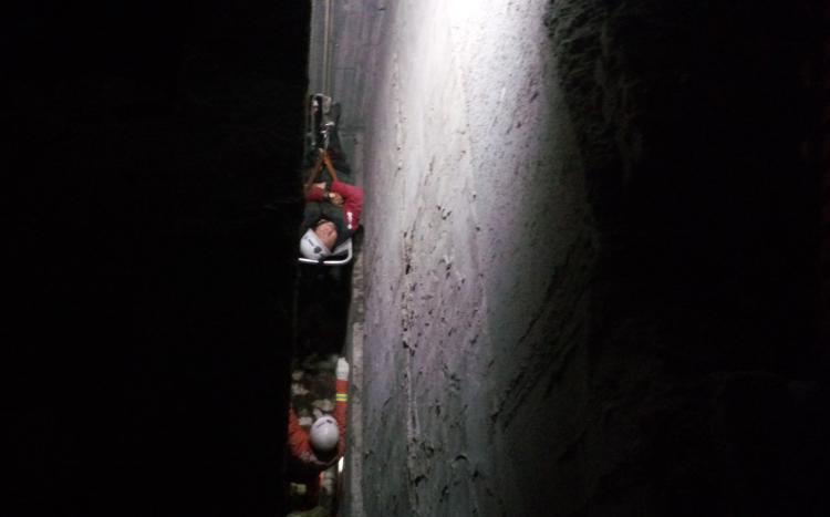 男子偏僻处方便时坠入10米深沟 全身多发性骨折