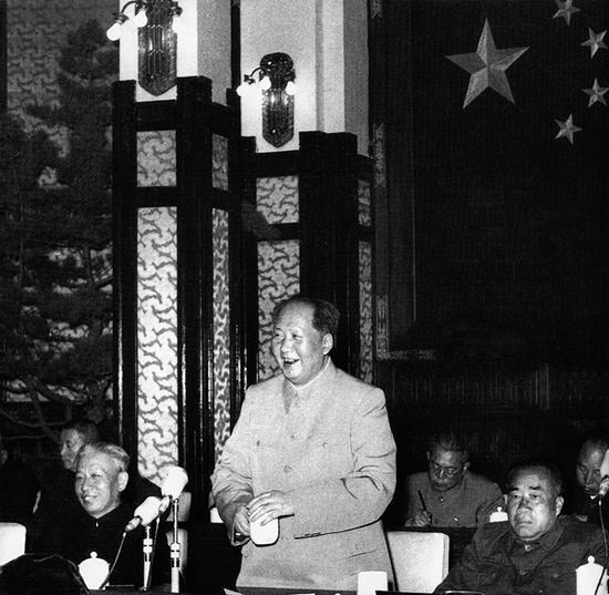 1956年5月2日,毛泽东在最高国务会议上作《论十大关系》的讲话。
