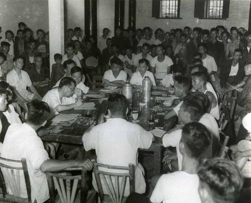 这是1958年周恩来视察广东新会农村,细致翻阅当地生产汇报资料。