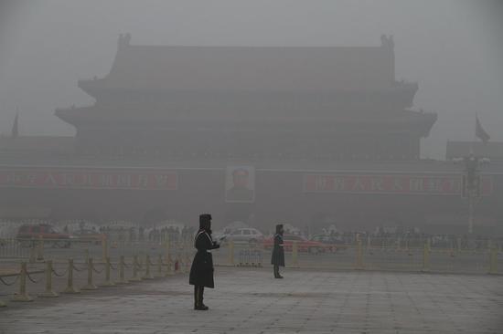 雾霾中的天安门广场