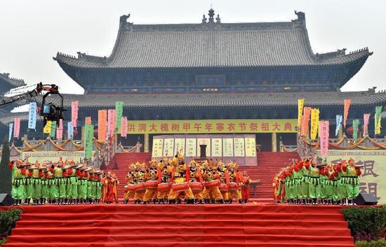 近年来中国不少地方发生了大规模的宗族复兴现象,表明人们需要在现代化带来的物质财富之外,寻找自己的精神家园。
