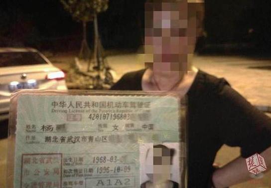 假车牌揪出假驾照 武汉60岁婆婆办假证开大客被查