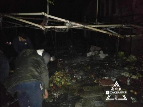 凌晨哈尔滨科大小区院内水果摊起火 仨摊位被烧毁