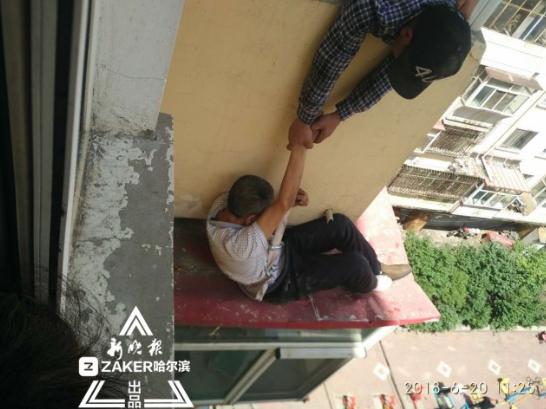 哈市一男子从9楼掉到6楼 邻居物业消防战士合力救下