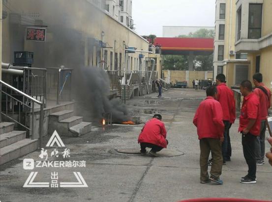 临近加油站哈市一小区井盖冒浓烟 战士灭火居民疏散