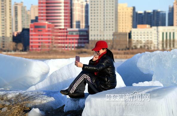 哈市松花江公路大桥岸边残冰成影友们拍摄景点