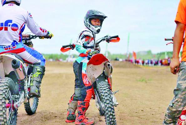 3岁有车6岁夺冠 看9岁车手如何玩转越野摩托