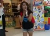 视频:女孩街边唱K引众人围观称赞 惊到众人