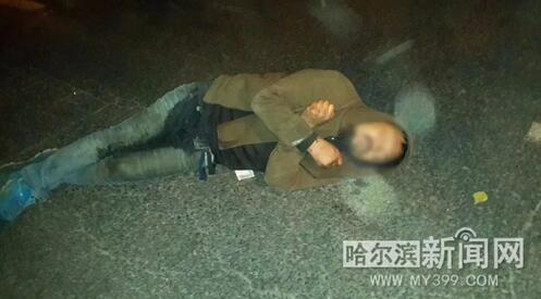 寒夜里男子昏倒在马路中央 市民热心守候等待救援