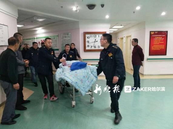 建三江俩男子车祸重伤来哈急救 十余的哥雪夜护送