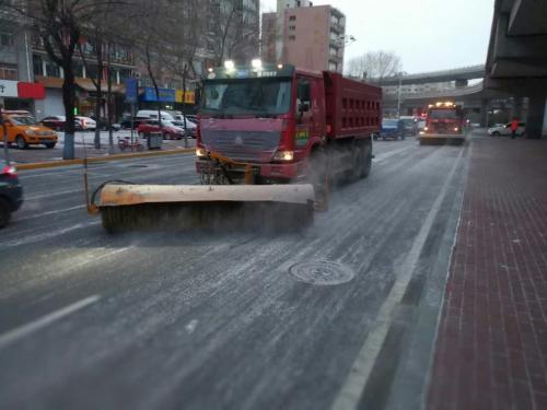 哈市环卫工人连夜干 今日早高峰前清完第二场雪