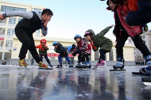 今冬哈市首个校园冰场开滑 可玩十余个冰雪活动项目