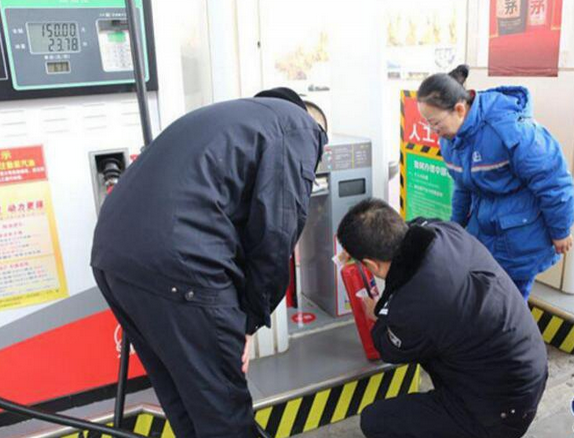 用电设备不接地线存爆炸隐患 巴彦加油站被责令整改