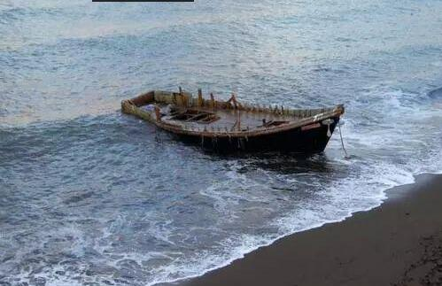 """日本海岸再现大量载有尸骨的""""幽灵船"""""""