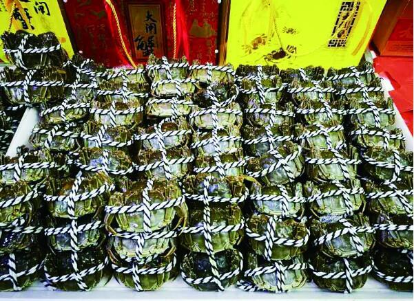 """螃蟹""""横行""""冰城人一天吃5万斤 梭子蟹正当时"""