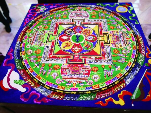 2位西藏艺术家4天不间断创作 坛城沙画亮相冰城