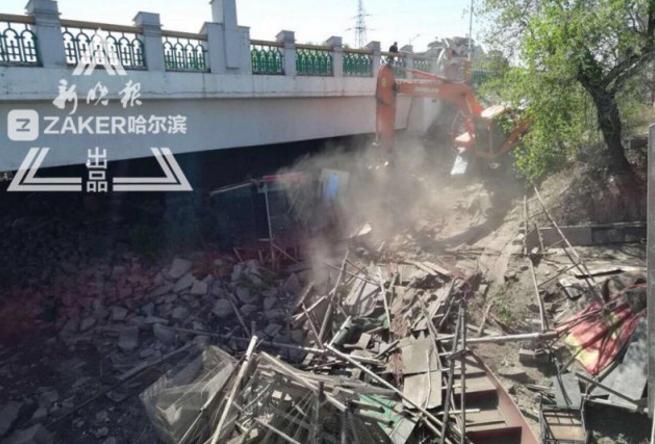 阿什河清障行动 道外56处违建房屋非法捕鱼台都拆掉