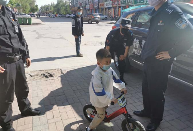 淡定小朋友!鹤岗6岁男孩与姥姥走散自己骑车去报警