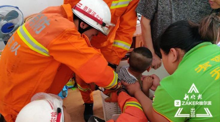哈市一儿童被卡洗衣机甩干桶 消防战士破拆将其救出
