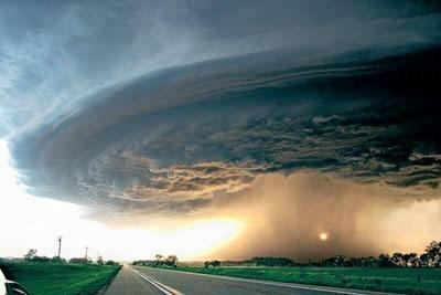 为何美国频发龙卷风?从地形上来讲,美国大平原地形平坦,缺少山脉