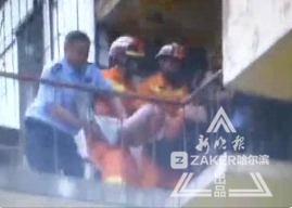 女子欲跳楼 视频拍下民警和消防战士教科书式救人操作