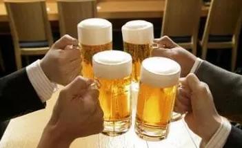 """聚会豪饮""""白加啤"""" 哈尔滨16岁少年酒精中毒深昏迷"""