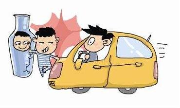男子骑单车碰瓷轿车 车主假装送医把车开进派出所