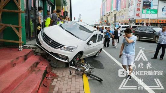 女新手油门当刹车撞倒老人骑上台阶 领证不到1个月