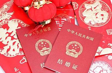 """哈尔滨数十对新人从""""特邀颁证师""""手中领得结婚证"""