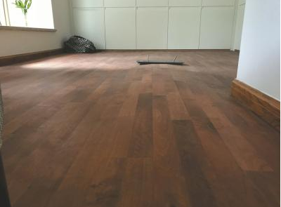 男子花大钱铺木地板起拱10厘米 商家曾宣称不变形