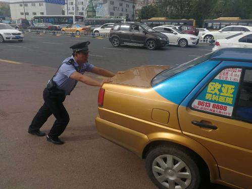 车辆水箱开锅 哈尔滨辅警协助推车到安全地带