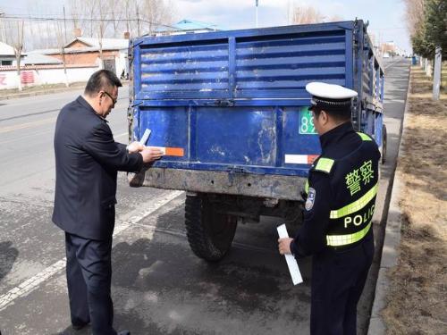齐齐哈尔克东县交警大队为农用车粘贴反光标识