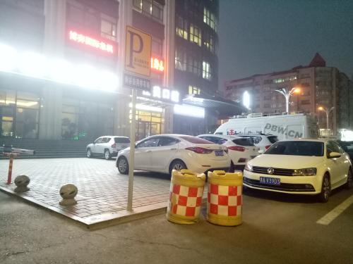 哈市鑫马国际围自用停车场 执法人员:防撞沙箱已清理