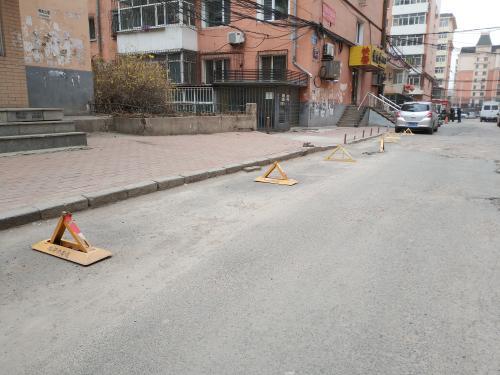 哈市红旗小区业主私设地锁占车位 霸占公共资源
