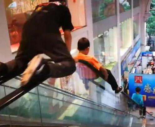 熊孩子把商场扶梯当滑梯 家长边录像边夸:真厉害
