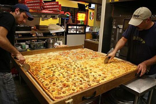 美国披萨店制做1.88平米全球最大披萨 可供70人享用