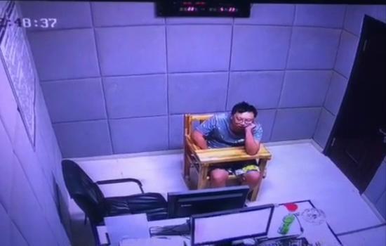 ↑ 嫌疑人刘铁男(化名)正在接受警方审讯