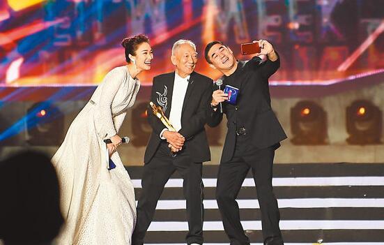香港导演袁和平(中)获终身成就奖。 中新社