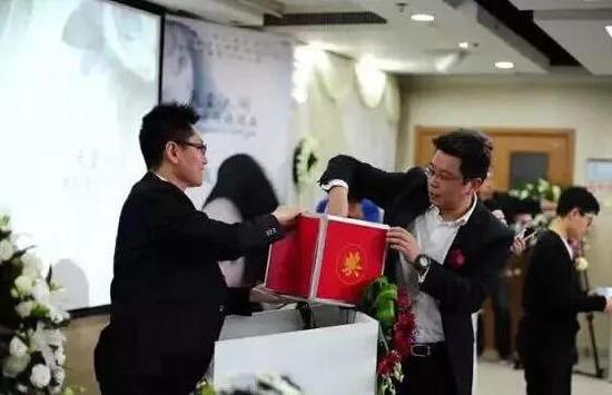 王越兴奋地和抽到奖的朋友们合影留念。