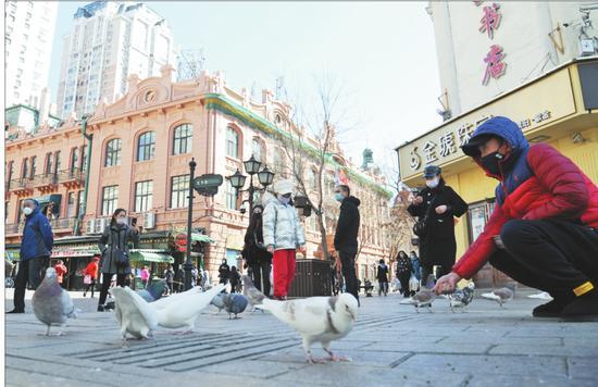 中央大街步行街人流再现,百年老街人气开始回升。 本报记者荆天旭摄
